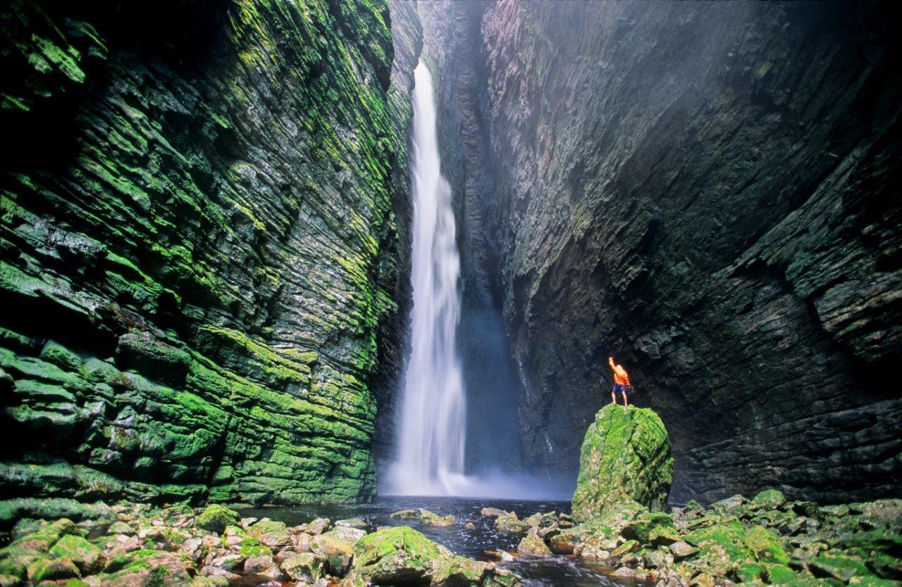 Cachoeira que 'cai pra cima' impressiona - Confira vídeo
