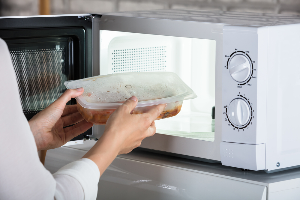 Os riscos de esquentar comida no micro-ondas - Faz mal ou não?